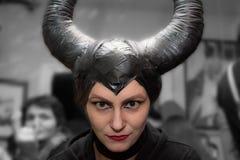 Maleficent - piękna kobieta od bajki z włosy uzbrajać w rogi i kreatywnie makijaż dla Halloweenowego przyjęcia Fotografia Royalty Free