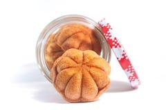 Maleis Traditioneel Mini Sponge Cake in een kruik Stock Afbeeldingen