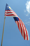 Maleise vlag in winderige lucht Stock Afbeelding