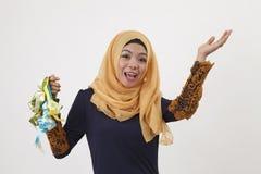 Maleisische vrouw die ketupat tonen Royalty-vrije Stock Fotografie