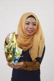 Maleisische vrouw die ketupat tonen Stock Foto