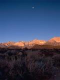 Malejąca księżyc i Owens dolina przy wschodem słońca, wschodni sierra, fotografia stock