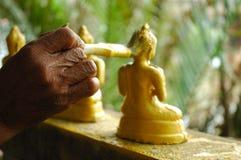 Malen des Buddha-Goldes Stockfotografie