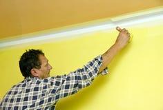Malen einer Wand im Gelb Stockbild