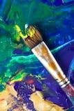 Malen etwas mit Malerpinsel Stockfoto