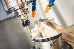 Malen scherp procédé CNC metaalbewerking die door molensnijder machinaal bewerken stock foto's