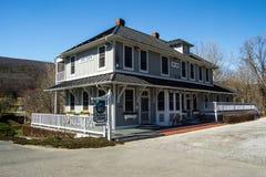 MALEN Sie BANK, VA - 1. April; Das Depot-Häuschen geht bis 1909 ist in der Farben-Bank, Virginia USA zurück Das 1. vom April 2014 Lizenzfreie Stockfotografie