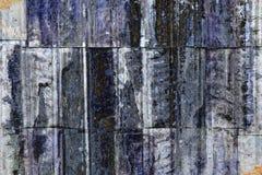 Malen Sie den Wänden weg abziehen, die mit Altpapier befleckt werden stockfotos