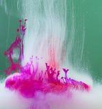 Malen Sie die Auflösung im Wasser stockfotos