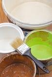Malen Sie Dosen und Malerpinsel Stockfotografie