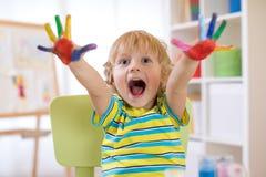 Malen Sie Finger, Kinderjungenzeichnung mit den Händen und mehrfarbige Palmen der Vertretung Lizenzfreies Stockbild