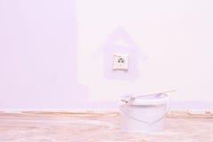 Malen Sie Hausmauer in der lila Farbe Stockbild