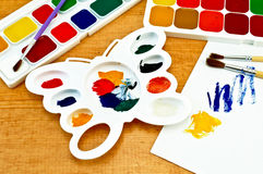 Malen Sie Palette und auf dem Vorstand Stockbild