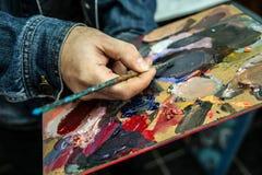 Malen Sie Palette und bürsten Sie Stockbild