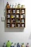 Malen Sie Regal auf der Wand Lizenzfreie Stockfotos