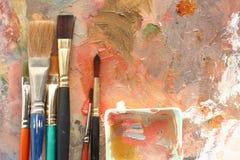 Malen Sie Studio; Paletten u. Pinsel Lizenzfreie Stockbilder