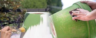 Malen Sie Tongefäß und benutzen Sie Sandpapier, um es zu verzieren Lizenzfreies Stockfoto