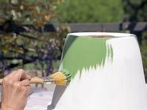 Malen Sie Tongefäß und benutzen Sie Sandpapier, um es zu verzieren Stockbild