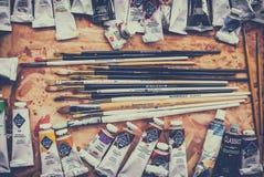 Malen Sie und bürsten Sie auf der Palette Lizenzfreie Stockbilder