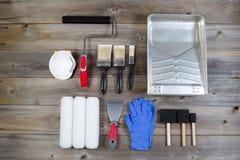 Malen Sie Versorgungen auf rustikalem Holz Lizenzfreies Stockfoto