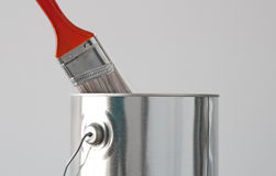 Malen Sie Wanne und roten Malerpinsel stockbild