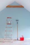 Malen Sie Werkzeuge gegen eine eben gemalte blaue Wand stockfotos