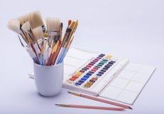 Malende Künstler und Zeichnungsmaterialien Stockfotografie