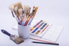 Malende Künstler und Zeichnungsmaterialien Stockbilder