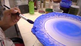 Malende Kunst der keramischen Platte stock footage