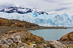 Malende sporen op rotsen van zich het zware gletsjer bewegen stock foto's