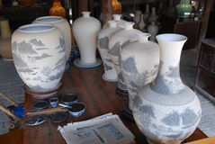 Malendes Weiß-und-blaues Porzellan Stockfotos