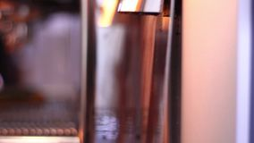 Malenkoffie in koffiewinkel stock videobeelden