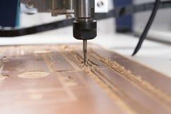 Malenmachine die aan staaldetail werken CNC malenmachine die, Snijdend metaalbewerkingsproces werken Royalty-vrije Stock Fotografie