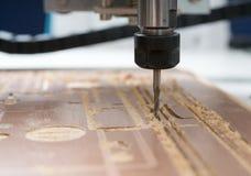 Malenmachine die aan staaldetail werken CNC malenmachine die, Snijdend metaalbewerkingsproces werken Stock Afbeeldingen
