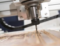 Malenmachine die aan staaldetail werken CNC malenmachine die, Snijdend metaalbewerkingsproces werken Royalty-vrije Stock Foto's