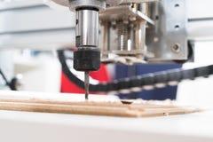 Malenmachine die aan staaldetail werken CNC malenmachine die, Snijdend metaalbewerkingsproces werken Royalty-vrije Stock Afbeelding