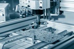 Malenmachine die aan staaldetail werken CNC malenmachine die, Snijdende metaalbewerking processn werken Stock Afbeelding