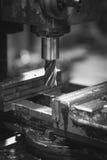 Malenmachine om metaal te snijden Zwart-wit beeld stock afbeeldingen