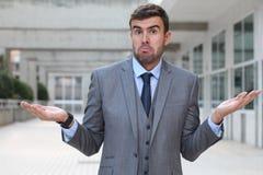Malentendido y confusión mendaces de la expresión del hombre de negocios fotos de archivo
