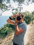 malephotographing在一台专业照相机的摄影师 库存照片