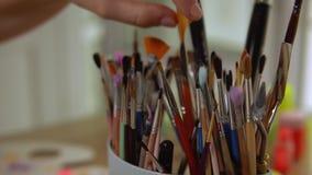 Maler überprüft ihre Instrumente stock footage