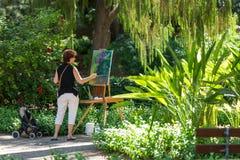 Maler bei der Arbeit über eine einfache Luft in Monforte-Gärten in Valencia, Stockbild