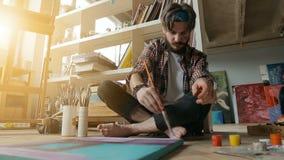 Maler Creates Picture auf Boden stock video