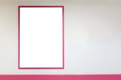 Maler den övre tomma affischramen för åtlöje med rosa ramar som hänger på väggen i shopping Arkivfoto