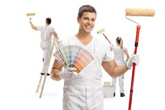 Maler, der ein Farbmuster und eine Farbenrolle mit Farbe zwei hält Stockfotos