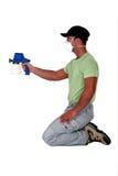 Maler, der eine Farbspritzpistole verwendet. Stockfotos