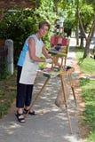Maler, der Kamera betrachtet Stockfoto