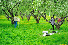 Maler, die in einem Mai-Apfelgarten üben Stockbild