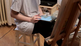 Maler With ein Digital-Tablet in ihrem Studio stock footage