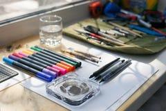 Maler, Grafikdesigner oder Kalligraphiearbeitsplatz, unterschiedliche Art von Werkzeugen, Bürsten, Markierung und Stift, setzen b Stockfotos
